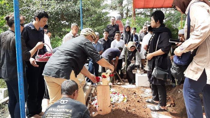 Himendra Wargahadibrata Dimakamkan di Samping Makam Sang Ibunda Alm Rd Supiah Retnakomala di Cirebon