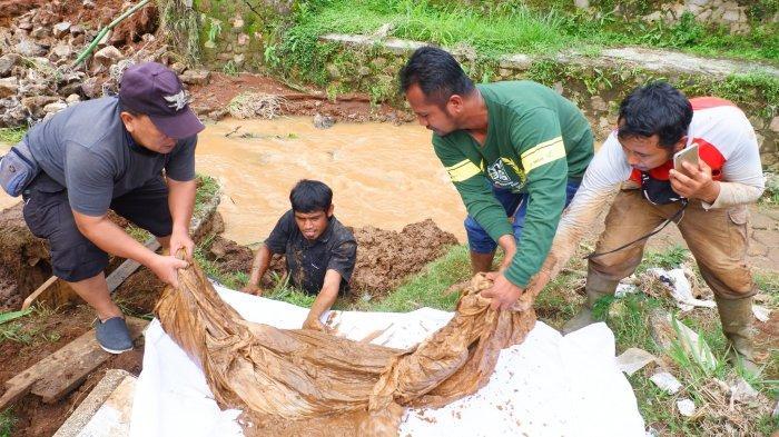 Petugas Keluarkan Tengkorak Manusia yang Terpisah dari Kain Kafan saat Puluhan Makam Tergerus Sungai