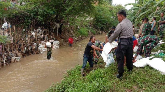 Antisipasi Longsor, TNI-Polri Membuat Bronjong di Sungai Cikasarung Majalengka