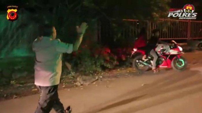 Masih Banyak Pemuda Malam Mingguan di Tengah Wabah Corona, Polres Indramayu Bubarkan Kumpulan Pemuda