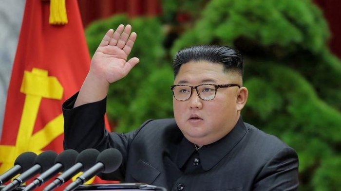 Tampil dengan Busana Khas Rusia, Kim Jong Un Tonton Latihan Peluncuran Rudal, Ditemani Perwira