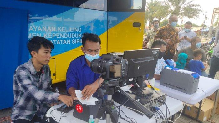 Masyarakat saat melakukan pelayanan administrasi kependudukan dalam program Dukcapil Ngabuburit di Islamic Center Indramayu, Kamis (15/4/2021).