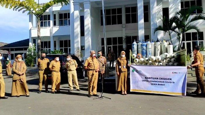 Bupati Kuningan H Acep Purnama disela kegiatan penerimaan bantuan oksigen di halaman Setda Pemda Kuningan