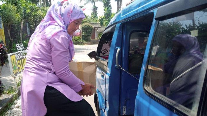 Warga Sukajaya Sukabumi Kaget Dipanggil Petugas Desa, Langsung Sumringah Saat Diberi Paket Sembako