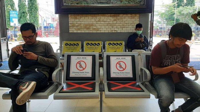 Penumpang yang Menunggu Kereta di Stasiun Wilayah Daop 3 Cirebon Dilarang Duduk Bersebelahan
