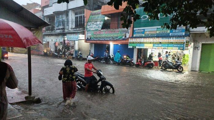 Hati-hati Jalan Mayor Dasuki Indramayu Banjir Akibat Hujan Deras, Banyak Sepeda Motor yang Mogok