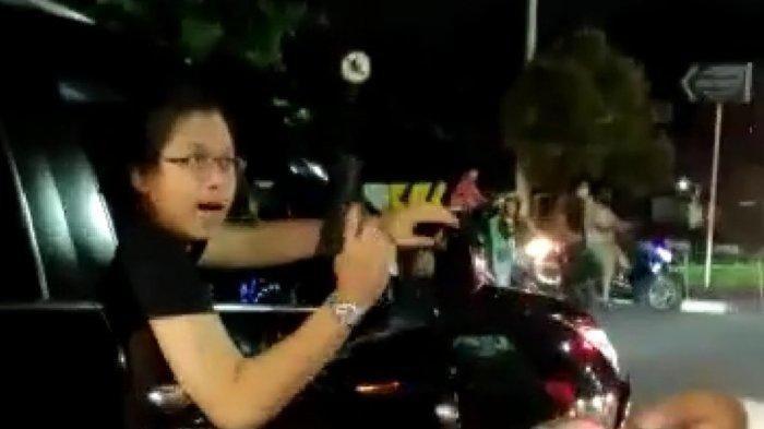 VIDEO VIRAL Tabrak Pemotor, Pengendara Toyota Fortuner Malah Todongkan Pistol dan Memaki Warga