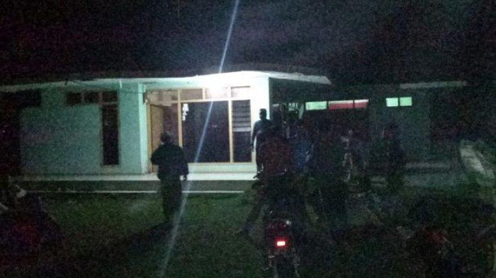 Suasana penggerebekan sebuah rumah oleh para pemuda Desa Maruyungsari, Kecamatan Padaherang, Kabupaten Pangandaran, Jawa Barat, terhadap seorang warga berinisial H yang berzina dengan wanita bersuami dan beranak tiga, Rabu (16/6/2021) dini hari.
