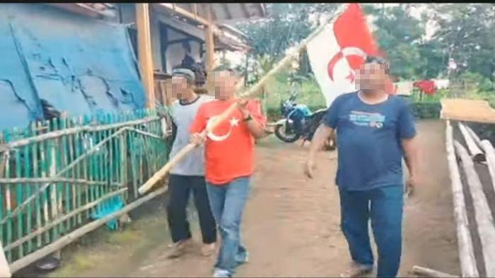 VIDEO Tiga Pria Jalan Kaki Kibarkan Bendera NII di Garut, Sebut PBB dan Amerika, Mendadak Viral