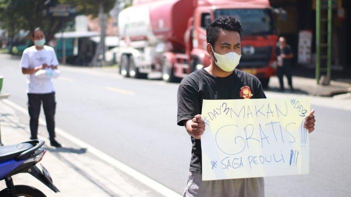 Pengusaha Kuliner Mie Ramen Saga Lakukan Aksi Peduli Bagi Bagi Paket Makan Siang di Jalanan Kuningan