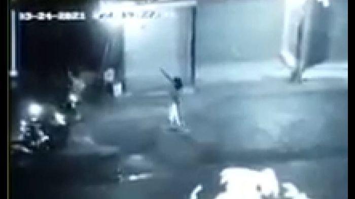Baku Tembak Terjadi Saat Polisi Tasik Sergap Kawanan Penjahat Bersenjata Api, Terekam CCTV