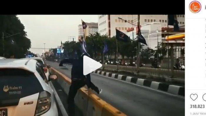 VIDEO VIRAL Penjambret Ambil Barang Saat Korban Buka Kaca Mobil, Kabur Lewat Jalur Bus Transjakarta