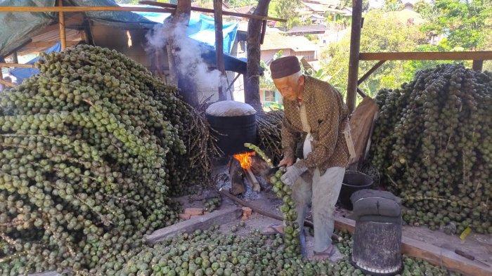 Kolang-kaling asli Desa Girimulya, Kecamatan Banjaran, Kabupaten Majalengka. Di Desa tersebut, mayoritas penghasilan warganya berasal dari berjualan kolang-kaling yang ditanam dari kebunnya masing-masing.