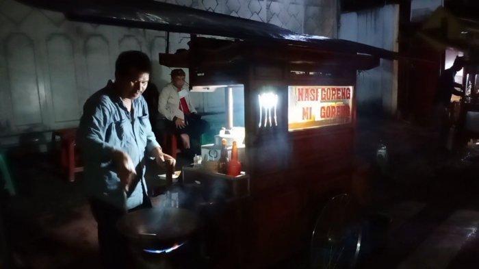 Puluhan Tahun Mangkal di Jalan Sudirman Kuningan, Tukang Nasi Goreng Ini Tetap Jualan di Masa PSBB
