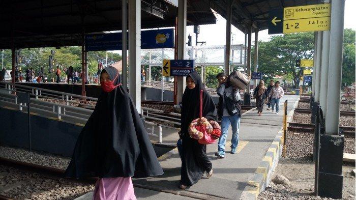 Penumpang Masih Berdatangangan di Stasiun Cirebon Pada H-1 Lebaran
