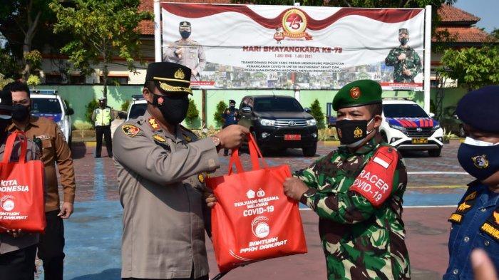 Penyaluran seribu paket sembako untuk warga terdampak PPKM darurat dari Polres Indramayu, Kodim 0616/Indramayu, dan Kantor UPP Syahbandar Indramayu di Mapolres Indramayu, Jumat (16/7/2021).
