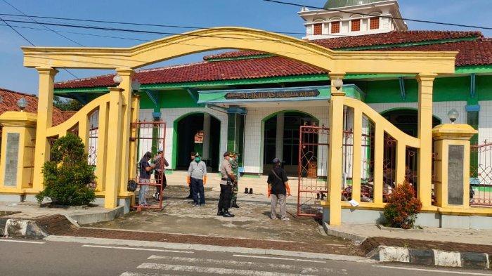 Cegah Penyebaran Covid-19, 5 Masjid di Desa Sukaraja Kulon Majalengka Disemprot Cairan Disinfektan