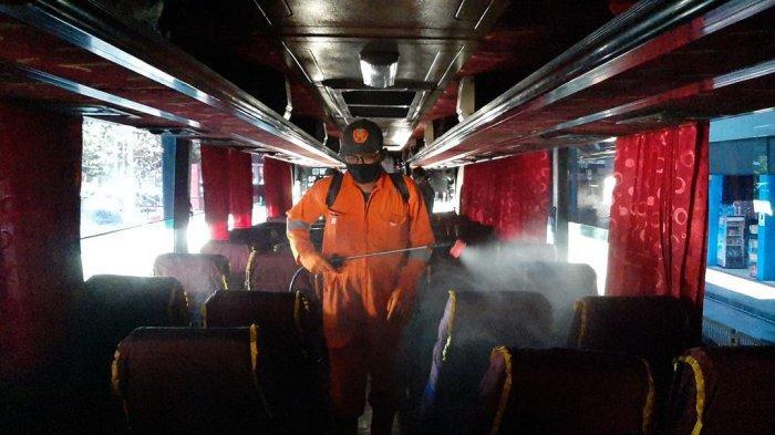 Menjelang Idul Adha, Satlantas Polres Cirebon Kota Semprot Disinfektan di Terminal Harjamukti