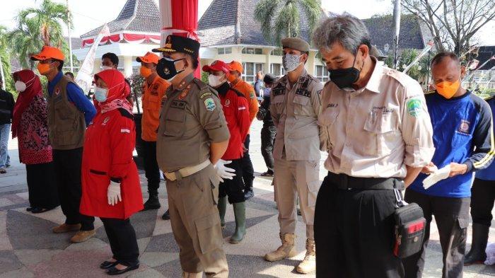 Penyerahan bantuan secara simbolis dilakukan oleh Bupati Majalengka, Karna Sobahi di halaman Gedung Pendopo, Jumat (20/8/2021).