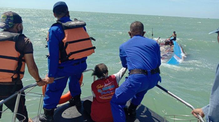 Anggota Pol Airud Polres Indramayu saat mengevakuasi nelayan di Perairan Pancer Payang Desa Pabean Udik, Kecamatan/Kabupaten Indramayu Kamis (9/9/2021).