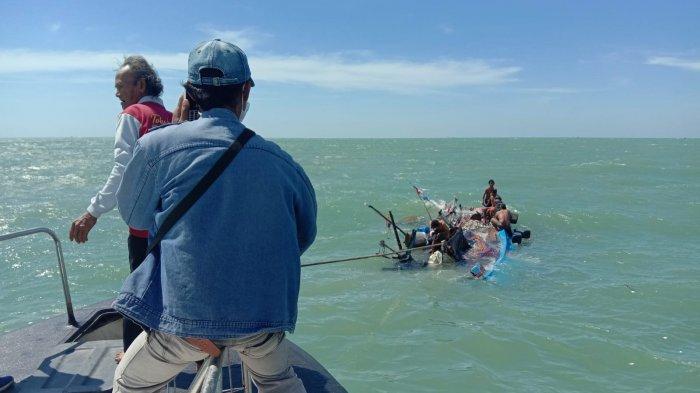 Menegangkan, Detik-detik Penyelamatan 6 Nelayan dari Perahu Terbalik di Laut Indramayu