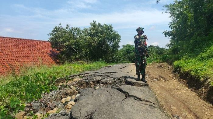 Pergerakan tanah di Blok Tarikolot, Desa Sidamukti, Kecamatan/Kabupaten Majalengka semakin parah, Senin (25/1/2021).