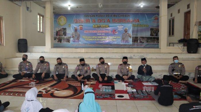 Peringati HUT ke-66, Satlantas Polresta Cirebon Sebar Sembako ke Berbagai Kalangan Masyarakat