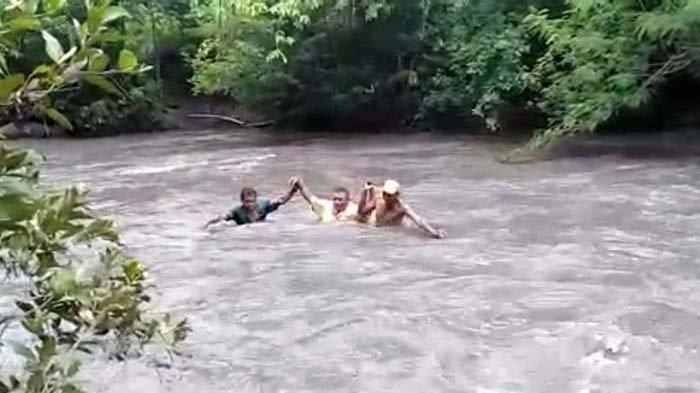 VIRAL Bertaruh Nyawa 5 Guru Seberangi Sungai Deras Demi Berikan Soal kepada Murid-muridnyanya