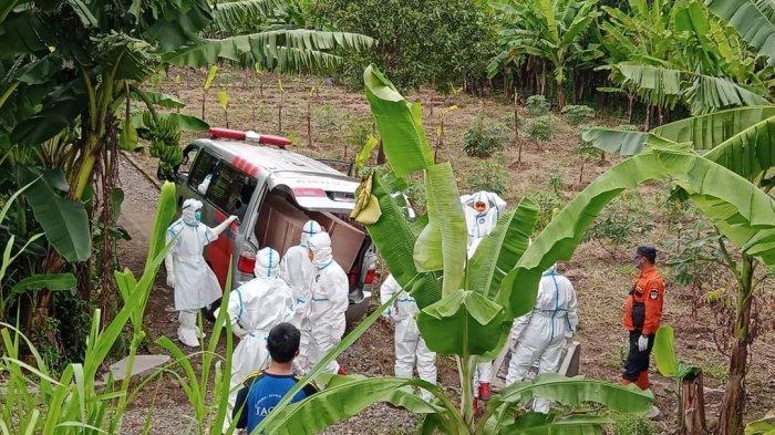 Mobil Ambulan Pengangkut Jenazah Covid-19 Masuk Lubang Saat Hendak Menuju Pemakaman di Majalengka