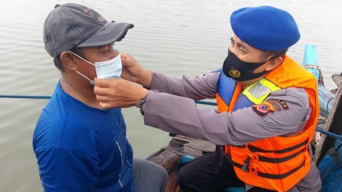 Ditpolairud Polda Jabar Bagikan Masker ke Nelayan dan ABK di PPN Kejawanan Cirebon