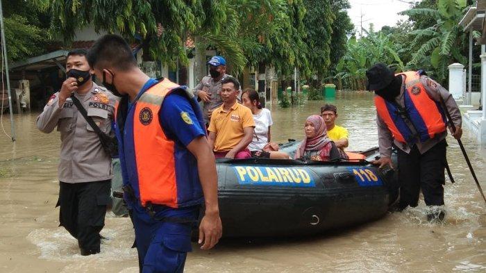 Puluhan Personel Ditpolairud Polda Jabar Dikerahkan Bantu Warga Terdampak Banjir di Indramayu