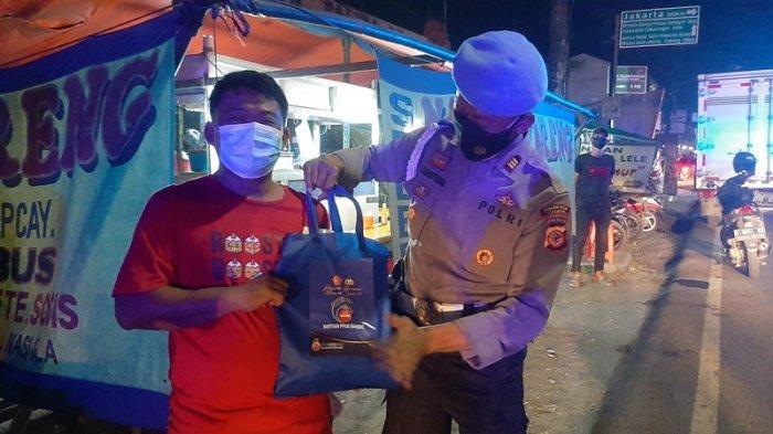 Patroli Skala Besar, Polresta Cirebon Bagikan Sembako kepada PKL