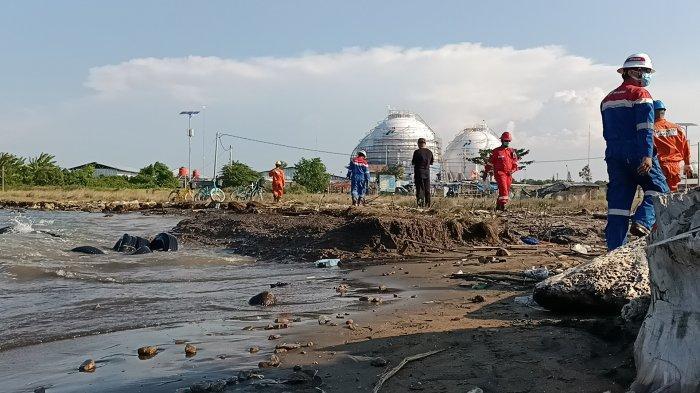 Ceceran hitam yang diduga crude oil atau minyak mentah yang mencemari objek wisata Pantai Balongan Indah, Sabtu (7/11/2020).