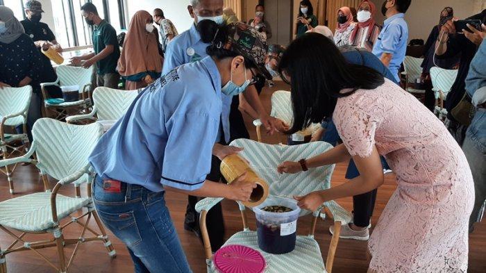 Ajari Pembuatan Eco Enzyme, Bentani Hotel Cirebon Ajak Masyarakat Jaga Lingkungan