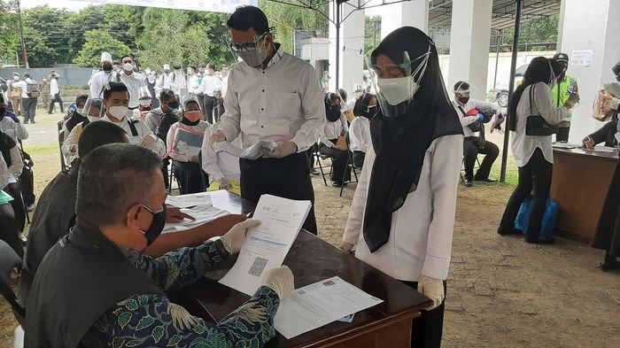 Peserta SKD CPNS Kabupaten Majalengka saat menunjukkan persyaratan sebelum memasuki Aula UMC, Jalan Fatahillah, Kecamatan Sumber, Kabupaten Cirebon, Senin (20/9/2021).
