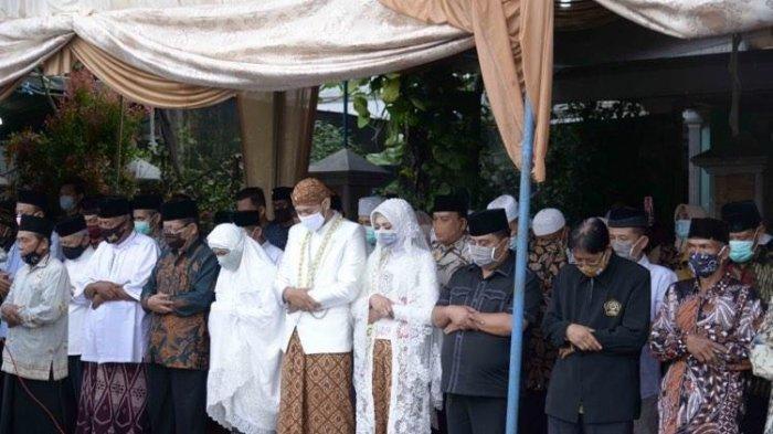 Mempelai Shalat Jenazah Pakai Baju Pengantin, Ayah Pengantin Wanita Wafat di Hari Pernikahan