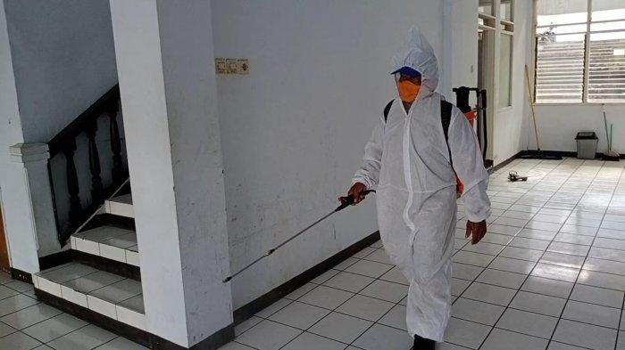 Antisipasi Melonjaknya Pasien Corona Klaster Gedung DPRD Kuningan, Damkar Semprotkan Disinfektan