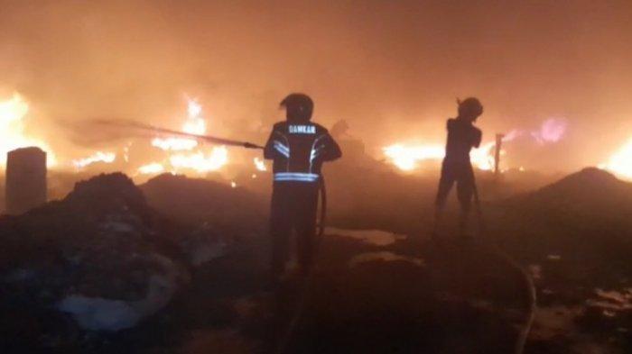 Dua Gudang Rongsokan di Desa Panguragan Wetan Cirebon Terbakar, Kerugian Capai Rp 600 Juta