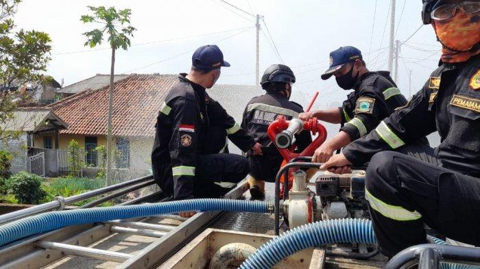 Imbas Perangkat Desa Setianegara Positif Covid-19, Damkar Kuningan Lakukan Penyemprotan Disinfektan