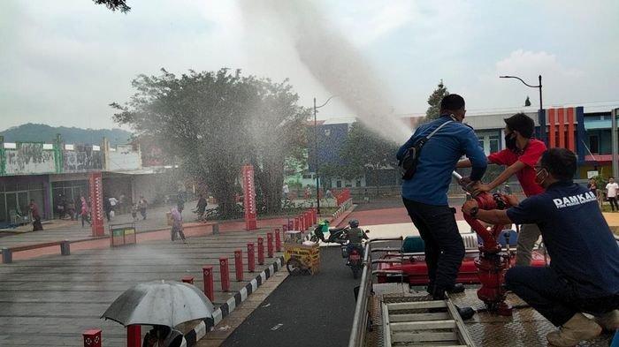 Petugas Damkar Semprotkan Disinfektan di Taman Kota, Pengunjung Langsung Bubar Saat Berkerumun