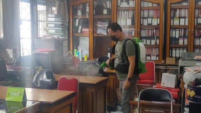 Petugas dari Dinkes Majalengka melakukan penyemprotan di Kantor DPRD Majalengka menyusul adanya suami staf dewan terpapar Covid-19