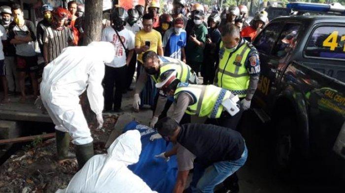 Kecelakaan Tunggal di Jalan Kalijaga Kota Cirebon, Petugas Evakuasi Korban Menggunakan APD Lengkap