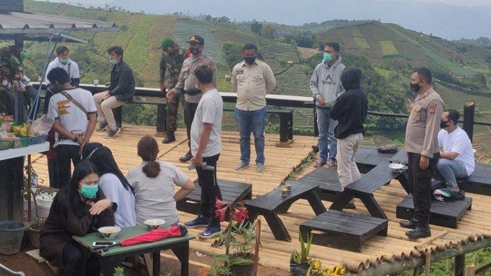 Petugas Gabungan Bubarkan Pengunjung yang Nekat Berwisata di Panyaweuyan Argapura