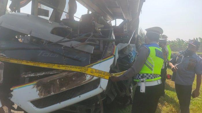Petugas Gabungan Periksa Kelaikan 2 Kendaraan yang Terlibat Kecelakaan Maut di Tol Cipali KM 150