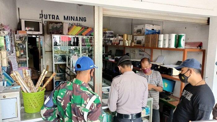 Petugas Gabungan Tutup Paksa Toko-toko di Indramayu, Tetap Bandel Saat PPKM Darurat Siap-siap Sanksi