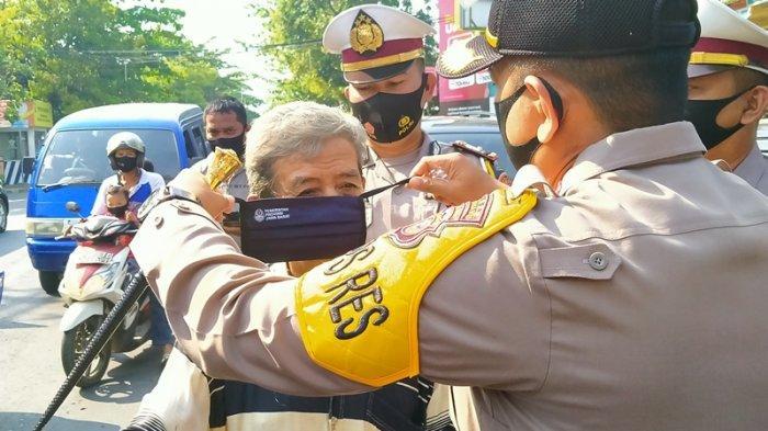 Petugas gabungan saat menggelar razia yustisi penggunaan masker di Terminal Tipe B Indramayu, Selasa (15/9/2020).