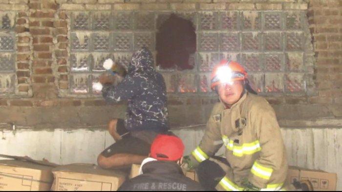 Petugas Damkar dan Warga Babakan Ciparay Terpaksa Jebol Pintu & Dinding Pabrik Sepeda yang Terbakar