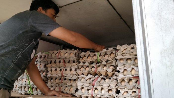 Petugas kantor pos saat mengangkut bantuan sembako ke dalam mobil pos sebelum diantar kepada kepala rumah tangga sasaran (KRTS) di Kantor Pos Kabupaten Indramayu, Senin (27/4/2020).