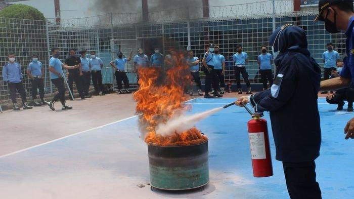 Petugas berlatih memadamkan api kebakaran di Lapas Kelas II B Indramayu, Selasa (21/9/2021).