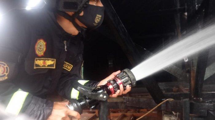 Pemadam Kebakaran Berhasil Padamkan Api yang Melalap Rumah Warga di Desa Panyosogan Kuningan